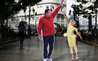 Τον  Ηugo Chavez «ζωντάνεψαν» οι οπαδοί του, φτιάχνοντας ολόσωμες φωτογραφίες και τοποθετώντας τες στο κέντρο του Καράκας, με αφορμή την πρώτη επέτειο από τον θάνατό του. Η πόλη χωρίστηκε στα δύο, από την μια οι διαδηλώσεις από την άλλη οι αναμνηστικές φωτογραφίες. REUTERS/Jorge Silva