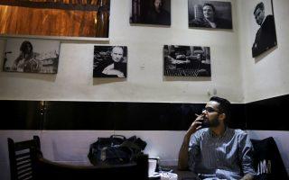 Δυτικά καφέ στο Ιράν. Για χρόνια οι αρχές του Ιράν διατηρούσαν τον αριθμό των καφέ περιορισμένο, θεωρώντας ότι ήταν σύμβολο της δυτικής κουλτούρας. Τους τελευταίους μήνες όμως έχουν χαλαρώσει οι επιβολές κυρώσεων για την παραβίαση των Ισλαμικών αξιών, με αποτέλεσμα να φαίνεται μια ίσως αυξανόμενη ανοχή από τις αρχές. Στην φωτογραφία ένας νεαρός Πέρσης απολαμβάνει τον καφέ του υπό το βλέμμα χολιγουντιανών ηθοποιών και ροκ σταρ, σε ένα καφέ της Τεχεράνης. (AP Photo/Vahid Salemi)