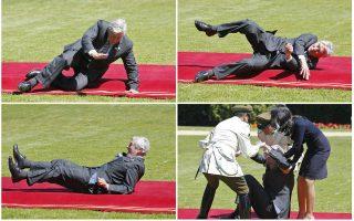 Πτώση. Χαιρετούσε τους φωτογράφους ο πρώην πρωθυπουργός της Ολλανδίας Ruub Lubbers, όταν έπεσε στο κόκκινο χαλί που οδηγούσε στo Προεδρικό Μέγαρο της Χιλής, Cerro Castillo. O πρώην πρωθυπουργός αντιμετώπισε τόσο την πτώση όσο και την δυσκολία του να σηκωθεί με χιούμορ. REUTERS/Eliseo Fernandez