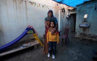 Μάνα και κόρη στη Συρία ποζάρουν για την Ημέρα της Γυναίκας. Η Bidaa Mhem Thabet al-Hasan (Um Suleiman) 39 χρονών δίπλα στην 9χρονη Mariam Khaled Mastooutside