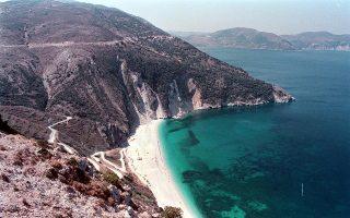 Ανοδικά εξελίσσονται οι κρατήσεις για την Κεφαλονιά, παρά τους πρόσφατους σεισμούς. Στη φωτογραφία, η διάσημη παραλία του Μύρτου.