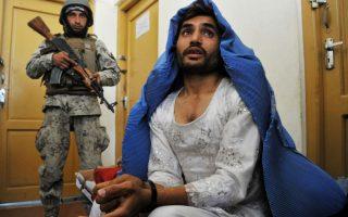 Ο άνδρας της φωτογραφίας δεν είχε κανένα πρόβλημα να ντυθεί γυναίκα, αρκεί να ξέφευγε από την αστυνομία. Σύμφωνα με την αστυνομία του Αφγανιστάν ο εικονιζόμενος κύριος είναι μαχητής Ταλιμπάν και συνελήφθη στην περιοχή Τζαλαλαμπάτ φορώντας μπούργκα. AFP PHOTO / Noorullah Shirzada