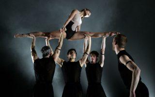 Ελληνική δόξα. Χορευτές του  Ballet du Grand Theatre de Geneve προβάρουν το έργο «Glory» του 2012, που θα ανέβει στο Joyce Theater της Νέας Υόρκης. Το μπαλέτο είναι γνωστό όχι μόνο για τους υπέροχους χορευτές αλλά και για το εντυπωσιακό ρεπερτόριο που περιλαμβάνει έργα σύγχρονων  χορογράφων. Ένας από αυτούς είναι και ο Έλληνας Andonis Foniadakis που υπογράφει το Glory. Ο Foniadakis, από την Ιεράπετρα της Κρήτης,  φοίτησε στην Κρατική Σχολή Ορχηστρικής Τέχνης και έχει λάβει την υποτροφία Μαρία Κάλλας που του έδωσε την δυνατότητα να συνεχίσει τις σπουδές του στο Rudra Bejart της Λωζάνης.  AFP PHOTO / Timothy A. CLARY