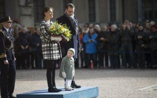 Η ημέρα της πριγκίπισσας. Την ονομαστική της εορτή γιόρτασε η νεαρή πριγκίπισσα Estelle και με αφορμή αυτό το γεγονός, έκανε εντυπωσιακή εμφάνιση ανάμεσα στους γονείς της στο Βασιλικό Παλάτι  της Στοκχόλμης. EPA/FREDRIK SANDBERG