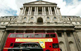 Η Τράπεζα της Αγγλίας αναμένεται ότι θα προχωρήσει στην πρώτη αύξηση επιτοκίων δανεισμού το α΄ τρίμηνο του 2015 και θα ακολουθήσει η Fed το β΄ τρίμηνο του ίδιου έτους.