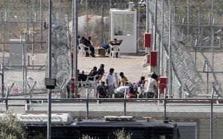 Περίπου τριάντα παιδιά βρίσκονται αυτή τη στιγμή στο κέντρο κράτησης μεταναστών της Αμυγδαλέζας, όμως ανήλικοι κρατούνται ακόμα και σε αστυνομικά τμήματα και σε κέντρα κράτησης σε όλη τη χώρα.