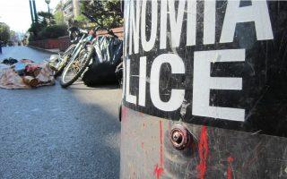 (Ξένη Δημοσίευση) Επιχείρηση της Αστυνομίας έξω από το Οικονομικό Πανεπιστήμιο (ΑΣΟΕΕ) στην οδό Πατησίων, στο πλαίσιο του επιχειρησιακού σχεδιασμού της ΓΑΔΑ για την καταπολέμηση του παρεμπορίου,  την  Τρίτη 22 Οκτωβρίου 2013. Οι αστυνομικές δυνάμεις επενέβησαν στο πεζοδρόμιο, εξωτερικά του Πανεπιστημίου, όπου οι αλλοδαποί μικροπωλητές είχαν απλώσει προς πώληση διάφορα εμπορεύματα- «μαϊμού» και συνελήφθη ένας αλλοδαπός μικροπωλητής. Στο προαύλιο του Οικονομικού Πανεπιστημίου βρέθηκε επίσης και κατασχέθηκε μεγάλος αριθμός ειδών παρεμπορίου, όπως 2.120 πακέτα λαθραία τσιγάρα, 281 κλεψίτυποι ψηφιακοί δίσκοι, αθλητικά παπούτσια, γυαλιά, ρολόγια κ.ά. Η καταμέτρηση των ειδών συνεχίζεται. Στην επιχείρηση συμμετείχαν αστυνομικοί των Ομάδων του «Ξένιου Δία», των κλιμακίων καταπολέμησης του παρεμπορίου στο κέντρο της Αθήνας και των διευθύνσεων Άμεσης Δράσης και Αστυνομικών Επιχειρήσεων Αττικής. Οι έλεγχοι για την αντιμετώπιση του παρεμπορίου, σύμφωνα με τη ΓΑΔΑ, θα συνεχιστούν σε διάφορες περιοχές της Αττικής.   ΑΠΕ-ΜΠΕ/ΓΑΔΑ/STR