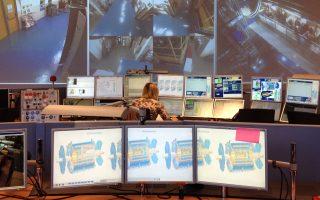 Το προσωπικό ασφαλείας στην αίθουσα ελέγχου του ανιχνευτή σωματιδίων ATLAS του CERN επιβλέπει τις εργασίες συντήρησης.