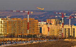 Στην επιχειρηματική ζώνη του κέντρου του Παρισιού προστίθεται ένα νέο, επιβλητικό οικοδόμημα 45 ορόφων. Ομως το κτίριο, το οποίο προς το παρόν δεν έχει ενοικιασθεί, θα προσθέσει 63.000 τετραγωνικά μέτρα σε ένα πάρκο όπου το ποσοστό διαθέσιμων χώρων υπερβαίνει το 12%. Στην Ισπανία, πέρυσι, επενδυτές απέκτησαν ακίνητα αξίας 3 δισ. ευρώ και πλέον. Πρόκειται για αύξηση 60% ως προς το 2012. Φέτος έκαναν δυναμική εμφάνιση δύο όμιλοι, στους οποίους συμμετέχουν οι μεγαλοεπενδυτές Τζορτζ Σόρος και Τζον Πόλσον, καθώς και το ολλανδικό συνταξιοδοτικό ταμείο APG.