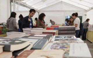 Κόσμος κοιτάει βιβλία στο παζάρι βιβλίου στην HELEXPO που διοργάνωσε ο σύνδεσμος εκδοτών βιβλίου (ΣΕΚΒ) και ο σύνδεσμος εκδοτών Βορείου Ελλάδος (ΣΕΚΒΕ) και θα διαρκέσει μέχρι τις 13 Νοεμβρίου. Θεσσαλονίκη, Πέμπτη 25 Οκτωβρίου 2012 ΑΠΕ ΜΠΕ/PIXEL/ΜΠΑΡΜΠΑΡΟΥΣΗΣ ΣΩΤΗΡΗΣ