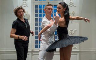 O Ρενάτο Τζανέλλα (αριστερά) χορογράφησε μία από τις πιο δραματικές βερσιόν της «Λίμνης των Κύκνων» όπου ο Μάγος Ρόθμπαρτ παίρνει τη μορφή του Μαύρου Κύκνου...
