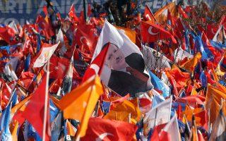 Χαρακτήρα δημοψηφίσματος αποκτούν οι σημερινές, τοπικές εκλογές στην Τουρκία, καθώς ο Ταγίπ Ερντογάν έχει δηλώσει ότι θα παραιτηθεί αν ηττηθεί το κυβερνών κόμμα ΑΚΡ. Στη φωτογραφία, στιγμιότυπο από τη συγκέντρωση του ΑΚΡ στην Αγκυρα, ένα από τα πιο κρίσιμα πεδία της αναμέτρησης.