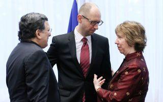 Ο πρόεδρος της Ευρωπαϊκής Επιτροπής, Ζοζέ Μανουέλ Μπαρόζο, ο ουκρανός πρωθυπουργός  Αρσενι Γιατσενιούκ και η εκπρόσωπος της Ευρωπαϊκής Ένωσης για θέματα εξωτερικής πολιτικής και ασφάλειας, Κάθριν Αστον.
