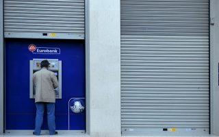 Ένας πολίτης χρησιμοποιεί μηχάνημα αυτόματης ανάληψης σε κλειστό κατάστημα της Eurobank, Αθήνα, Πέμπτη 25 Οκτωβρίου 2012. Τη συνέχιση των απεργιακών κινητοποιήσεων σε όλες τις Τράπεζες με νέα 24ωρη απεργία για σήμερα αποφάσισε η ΟΤΟΕ, απαιτώντας την απόσυρση της τροπολογίας που προβλέπει την ένταξη των Ταμείων Υγείας των Τραπεζοϋπαλλήλων στον ΕΟΠΥΥ. ΑΠΕ-ΜΠΕ/ΑΠΕ-ΜΠΕ/Φώτης Πλέγας Γ.