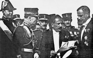 25 Νοεμβρίου 1935. Ο Κονδύλης, ο Γεώργιος και ανάμεσά τους ο Παπάγος, μετά την αποβίβαση του Γεωργίου στο Φάληρο. Ο Κονδύλης παραδίδει στον Γεώργιο το κείμενο του διαγγέλματός του προς τον ελληνικό λαό.