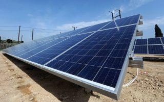 Τοποθέτηση φωτοβολταϊκών πάνελ υψηλών προδιαγραφών για  παραγωγή «πράσινης» ηλεκτρικής ενέργειας σε οικόπεδο στην Κόρινθο , Παρασκευή 20 Απριλίου 2012 .  ΑΠΕ-ΜΠΕ/ΑΠΕ-ΜΠΕ/ΒΑΣΙΛΗΣ ΨΩΜΑΣ
