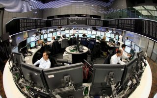 epa01490318 Broker trade under the German stock index DAX at Frankfurt Stock Exchange in Frankfurt/Main, Germany, 16 September 2008. German Finance Minister Peer Steinbrueck called for calm 16 September 2008, although he acknowledged a