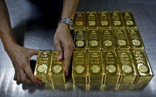 Στην περιοχή Γκίνζα του Τόκιο, όπου υπάρχουν ακριβά καταστήματα και οικήματα, πολλοί περίμεναν στην ουρά ώρες για να αγοράσουν χρυσό. Κάθε μία ράβδος 500 γραμμαρίων κοστίζει 22.500 δολάρια.