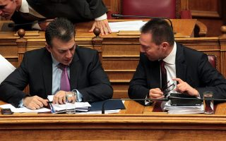 Ο Υπουργός Οικονομικών Γιάννης Στουρνάρας και ο Υπουργός Εργασίας Γιάννης Βρούτσης .