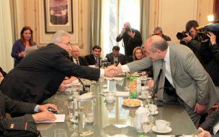 Ο πρόεδρος της ΓΣΕΕ Γ. Παναγόπουλος (Α) χαιρέτα τον πρόεδρο του ΣΕΒ Δ. Δασκαλόπουλο στη συνάντηση για την υπογραφή νέας Εθνικής Γενικής Συλλογικής Σύμβασης Εργασίας.