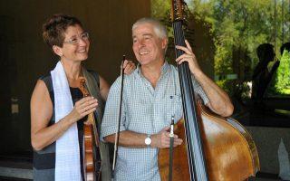 Ο Μπάρρυ Γκάυ με τη βιολονίστα Μάγια Χόμπουργκερ.