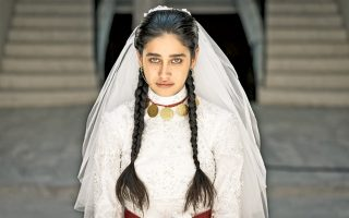 Στα θλιμμένα μάτια της Τουρκάλας πρωταγωνίστριας καθρεφτίζονται παρόμοιες ιστορίες γυναικών, που υποχρεώθηκαν από τις οικογένειές τους να παντρευτούν ηλικιωμένους συζύγους.