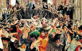Σκηνή από την πρόσφατη κινηματογραφική μεταφορά του «Μεγάλου Γκάτσμπι». Η «εποχή της τζαζ» – όρος που επινοήθηκε και ταυτίστηκε με τον Φιτζέραλντ: «Τα πάρτι ήταν μεγαλύτερα, ο ρυθμός ήταν γοργότερος, τα θεάματα ήταν τολμηρότερα, τα κτίρια ήταν ψηλότερα, τα ήθη ήταν χαμηλότερα και το αλκοόλ φτηνότερο».