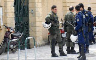 Οι κρατούμενοι των φυλακών Κέρκυρας εξεγέρθηκαν με αιτήματα την αποσυμφόρηση των φυλακών και την βελτίωση των συνθηκών κράτησης. Στο στιγμιότυπο δυνάμεις της αστυνομίας στην είσοδο των φυλακών