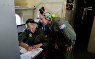 Ανδρες της αυστραλιανής αεροπορίας μελετούν τα σχέδια πτήσης για αναζήτηση του Boeing 777.