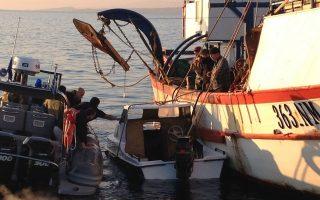 Άνδρες  του Λιμενικού με τη συνδρομή ιδιωτών  προσδένουν την ημιβυθισμένη λέμβο που μετέφερε τους μετανάστες, την Τρίτη 18 Μαρτίου 2014, στην Μυτιλήνη. Στο λιμάνι της Μυτιλήνης μεταφέρθηκαν για την παροχή πρώτων βοηθειών, οι οκτώ διασωθέντες παράτυποι μετανάστες που επέβαιναν σε μια πεντάμετρη πλαστική λέμβο, η οποία ημιβυθίστηκε τα ξημερώματα -υπό αδιευκρίνιστες μέχρι στιγμής συνθήκες- στο Ακρωτήρι Κόρακας Λέσβου, στην οριογραμμή των ελληνικών χωρικών υδάτων, με αποτέλεσμα να χάσουν τη ζωή τους επτά άτομα και δύο να αγνοούνται. Στον εντοπισμό και την περισυλλογή ναυαγών μεταναστών προέβη, πρώτες πρωινές ώρες σήμερα, προσωπικό Λ.Σ – ΕΛ.ΑΚΤ., μετά από συντονισμένη επιχείρηση. .ΑΠΕ- ΜΠΕ/  ΓΡΑΦΕΙΟ ΤΥΠΟΥ ΛΙΜΕΝΙΚΟΥ/STR