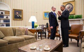 Ο Ουκρανός πρωθυπουργός Αρσένι Γιατσένιουκ με τον Αμερικανό πρόεδρο Μπαράκ Ομπάμα στον Λευκό Οίκο.