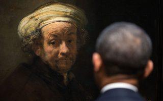 Ο αμερικανός Πρόεδρος μπροστά σε αυτοπροσωπογραφία του Ρέμπραντ στο Rijksmuseum του Αμστερνταμ, κατά την διάρκεια της επίσκεψής του.