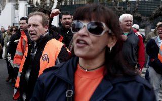 Eργαζόμενοι στην Ομοσπονδία Υπαλλήλων Λιμανιών, την Ένωση Λιμενεργατών και μέλη του συνδέσμου Εποπτών και Αρχιεργατών του ΟΛΠ φωνάζουν συνθήματα κατά τη διάρκεια διαμαρτυρίας ενάντια στην παραχώρηση του πλειοψηφικού πακέτου μετοχών του ΟΛΠ από το ΤΑΙΠΕΔ, Αθήνα, Τετάρτη 26 Φεβρουαρίου 2014. ΑΠΕ-ΜΠΕ/ΑΠΕ-ΜΠΕ/ΑΛΚΗΣ ΚΩΝΣΤΑΝΤΙΝΙΔΗΣ