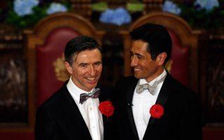 Ο Peter McGraith (Α) και ο David Cabreza (Δ) είναι ζευγάρι εδώ και 17 χρόνια. Χαμογελούν κατά τη διάρκεια του γάμου τους που τελέστηκε στο Λονδίνο.