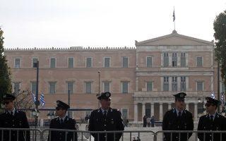Κάτω από δρακόντεια μέτρα της αστυνομίας πραγματοποιείται η  μαθητική παρέλαση της 25ης Μαρτίου σήμερα, καθώς και η  στρατιωτική παρέλαση, αύριο στο Σύνταγμα. με την πρόσβαση στην πλατεία Συντάγματος να επιτρέπεται μόνο με προσκλήσεις ή διαπιστεύσεις. Οι πολίτες έχουν τη δυνατότητα να παρακολουθήσουν την παρέλαση από το ύψος της οδού Βουκουρεστίου και μετά. Παρόμοιες κυκλοφοριακές ρυθμίσεις ισχύουν στο σύνολο των δήμων της Αττικής, ενώ κλειστός θα παραμείνει σήμερα και αύριο, ο σταθμός του μετρό στο Σύνταγμα. ΑΠΕ-ΜΠΕ/ΑΠΕ-ΜΠΕ/ΑΛΕΞΑΝΔΡΟΣ ΒΛΑΧΟΣ