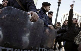 Απολυμένες καθαρίστριες του Υπουργείου Οικονομικών φωνάζουν συνθήματα κατά τη διάρκεια συγκέντρωσης διαμαρτυρίας για τη διαθεσιμότητα, έξω από τη Βουλή, την Πέμπτη 13 Μαρτίου 2014. Απολυμένες καθαρίστριες του υπουργείου Οικονομικών που έχουν τεθεί σε διαθεσιμότητα πραγματοποιούν συγκέντρωση διαμαρτυρίας καθώς στις 22 Μαρτίου λήγει το καθεστώς διαθεσιμότητάς τους. ΑΠΕ-ΜΠΕ/ΑΠΕ-ΜΠΕ/ΓΙΑΝΝΗΣ ΚΟΛΕΣΙΔΗΣ