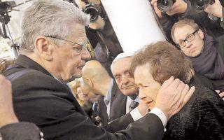 Ο Γερμανός πρόεδρος Γιόαχιμ Γκάουκ με την Εσθήρ Κοέν στην εβραϊκή συναγωγή των Ιωαννίνων.