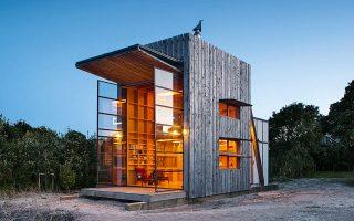 Η παραθαλάσσια «καλύβα πάνω σε σανίδες»,  του Ken Crosson, στη Νέα Ζηλανδία. Το διώροφο ξύλινο σπίτι, 35 τ.μ., στηρίζεται επάνω σε ράγες, που επιτρέπουν να μετακινείται, να πλησιάζει ή να απομακρύνεται  από την παραλία.