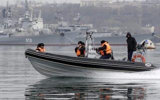 Ρώσοι ναύτες περιπολούν στο λιμάνι της Σεβαστούπολης.