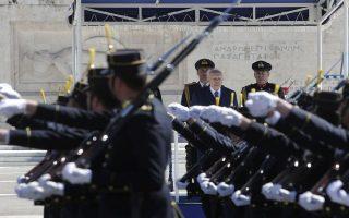 Ο Πρόεδρος της Δημοκρατίας Κάρολος Παπούλιας (Κ) επιθεωρεί τιμητικά αγήματα κατά τη διάρκεια της παρέλασης της εθνικής εορτής της 25ης Μαρτιού, Αθήνα Τρίτη 25 Μαρτίου 2014. Παρόντος του Προέδρου της Δημοκρατίας Κάρολου Παπούλια και υπό δρακόντεια μέτρα ασφαλείας από την αστυνομία πραγματοποιήθηκε  η στρατιωτική παρέλαση για την επέτειο της 25ης Μαρτίου. ΑΠΕ-ΜΠΕ/ΑΠΕ-ΜΠΕ/ΓΙΑΝΝΗΣ ΚΟΛΕΣΙΔΗΣ