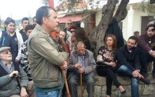 Ο Στ. Θεοδωράκης συνομιλεί με κατοίκους του χωριού «Δραπανιάς» στο οποίο και γεννήθηκε.