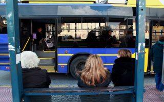 Επιβάτες μετακινούνται με τρόλει στο κέντρο της Αθήνας μετά την αναστολή των κινητοποιήσεων των εργαζομένων, Δευτέρα 28 Ιανουαρίου 2013. Αναστολή των απεργιακών κινητοποιήσεων αποφάσισαν οι εργαζόμενοι στα τρόλει, τα τρένα και τον προαστιακό σιδηρόδρομο ενώ ακινητοποιημένα θα παραμείνουν τα αστικά λεωφορεία μέχρι και αύριο Τρίτη. ΑΠΕ-ΜΠΕ/ΑΠΕ-ΜΠΕ/ΣΥΜΕΛΑ ΠΑΝΤΖΑΡΤΖΗ