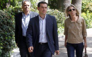 O  πρόεδρο της ΚΟ του ΣΥΡΙΖΑ Αλέξης Τσίπρας (Κ) εξέρχεται από το  Προεδρικό Μέγαρο μετά  την συνάντηση του με τον  Πρόεδρο της Δημοκρατίας Κάρολο Παπούλια, την  Δευτέρα  23 Σεπτεμβρίου 2013.    ΑΠΕ-ΜΠΕ/ΑΠΕ-ΜΠΕ/ΟΡΕΣΤΗΣ ΠΑΝΑΓΙΩΤΟΥ