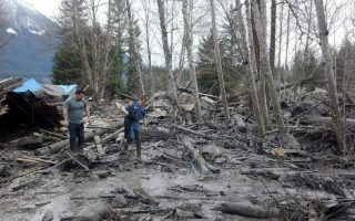 epa04136954 A handout image released by the Washington State Patrol shows emergency workers assisting at the scene of a mudslide which destroyed several homes and killed at least three people in Oso, Washington, USA, 22 March 2014.  EPA/WASHINGTON STATE PATROL / HANDOU BETTER QUALITY RETRANSMISSION HANDOUT EDITORIAL USE ONLY/NO SALES