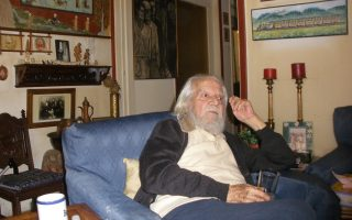 Ο στιχουργός, θεατρικός συγγραφέας και ποιητής Βαγγέλης Γκούφας στο σπίτι του, στους πρόποδες του Λυκαβηττού, περιστοιχισμένος από αγαπημένα αντικείμενα και απολαμβάνοντας τη διαρκή φροντίδα της συντρόφου του Ναταλίας.