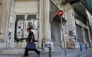 Περαστικός προσπερνά κλειστό λόγω της οικονομικής κρίσης κατάστημα και προεκλογικές αφίσσες κομμάτων, Αθήνα Παρασκευή 8 Ιουνίου 2012. Η ΕΛΣΤΑΤ ανακοίνωσε ότι η ύφεση για το πρώτο τρίμηνο του 2012 άγγιξε το 6,5% και η ανεργία το 21,4%. ΑΠΕ-ΜΠΕ/ΑΠΕ-ΜΠΕ/ΟΡΕΣΤΗΣ ΠΑΝΑΓΙΩΤΟΥ