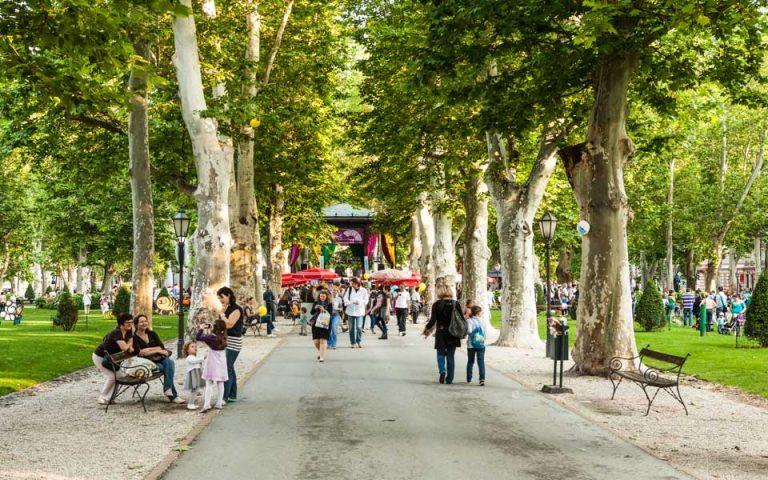 Καιρού επιτρέποντος, η βόλτα στο πάρκο Zrinjevac είναι εκ των ων ουκ άνευ.