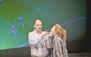 Το ζευγάρι που αλληλοσπαράσσεται στο Blasted (Ερείπια) σε σκηνοθεσία Δημήτρη Τάρλοου: Λένα Παπαληγούρα, Ακύλλας Καραζήσης.