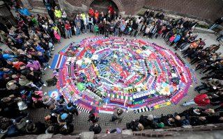 Σουηδοί πολίτες, αλλά και φίλαθλοι, απέθεσαν λουλούδια, κασκόλ και φανέλες στο σημείο της Στοκχόλμης όπου δολοφονήθηκε ο άτυχος οπαδός.