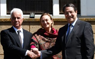 Ο Πρόεδρος της Κυπριακής Δημοκρατίας Νίκος Αναστασιάδης σε συνάντηση με τον Τουρκοκύπριο ηγέτη Ντερβίς Έρογλου παρουσία της Ειδικής Αντιπροσώπου του Γενικού Γραμματέα του ΟΗΕ στην Κύπρο Liza Buttenheim,